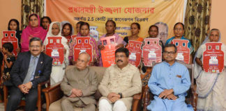 """The President, Shri Pranab Mukherjee distributed the LPG Gas Connection under the """"Pradhan Mantri Ullwala Yojana"""", at Jangipur, in Murshidabad District of West Bengal on July 15, 2017. The Minister of State for Petroleum and Natural Gas (Independent Charge), Shri Dharmendra Pradhan and the Member of Parliament, Jangipur, Shri Abhijit Mukherjee are also seen."""