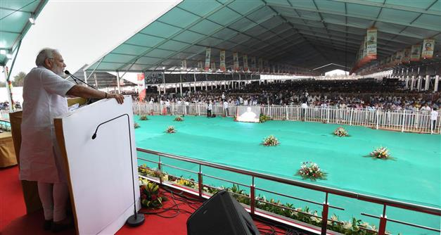The Prime Minister, Shri Narendra Modi addressing the gathering at the foundation stone laying ceremony of several development projects, in Sindri, Jharkhand on May 25, 2018.