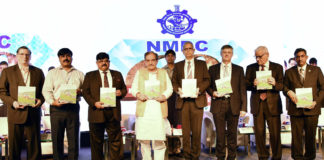 """The Union Minister for Steel, Shri Chaudhary Birender Singh releasing a souvenir at the inauguration of the International Conference on """"Minerals and Metals outlook 2030"""", in New Delhi on October 09, 2018."""