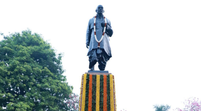 The President, Shri Ram Nath Kovind, the Union Home Minister, Shri Amit Shah, the Lt. Governor of Delhi, Shri Anil Baijal and the Minister of State for Housing & Urban Affairs, Civil Aviation (Independent Charge) and Commerce & Industry, Shri Hardeep Singh Puri paid floral tributes to Sardar Vallabhbhai Patel on his birth anniversary, at Patel Chowk, in New Delhi on October 31, 2019.