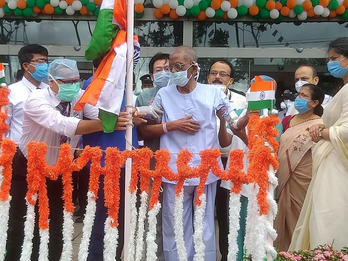 """Fortis celebrates Independence Day with discharge of 94 year old COVID patient Kolkata, Aug 15: The 74th Independence Day became truly special for Fortis Hospital Anandapur today as it also coincided with freedom from COVID-19 for a 94 year old priest from Don Bosco who hoisted the tricolour becoming a symbol of hope and clinical excellence. Reverend Father Peter Vincent Lourdes from Don Bosco was diagnosed with COVID-19 and admitted to a private nursing home. He was eventually brought to Fortis Hospital and was being treated under the supervision of Dr Basab Bijoy Sarkar, Consultant Internal Medicine at Fortis Anandapur. After days of treatment he was tested negative and regained his strength in due course. Today the Father hoisted the tricolour in presence of the doctors, nurses and caregivers to celebrate the Independence Day. He was later wheeled out to a big round of applause from everyone at Fortis. """"My oldest COVID patient Rev. Fr. Peter, won the battle against coronavirus and is going home today. It was heart-warming to see him so happy. Really a great honour and pleasure for me to be able to cure him and send him back home, fit and fine"""", said Dr Basab. """"We are very happy with the care that has been provided by all the doctors and staff at Fortis. While he was admitted, he was unable to recall our faces. Now that he has recovered, he recognises us. We are delighted he has returned to his normal health and doing so well,"""" added one of Father's associates. Mrs Richa Singh Debgupta, Senior Vice President at Fortis Healthcare Ltd said, """"Fortis Hospital group is putting its best efforts to fight the battle against COVID-19. It is very encouraging to see the way the team is tirelessly working towards recovery of each and every patient. It was humbling to hear from Fr. Peter's associates that they feel like he has been given a new life""""."""