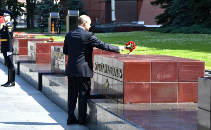 Vladimir Putin laid flowers at the hero cities' memorial plaques and the monument to the Cities of Military Glory.