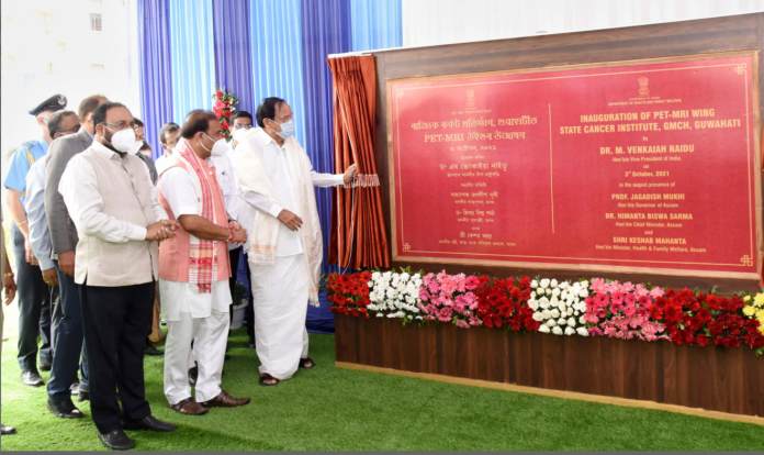 The Vice President, Shri M. Venkaiah Naidu inaugurating the PET-MRI Wing at State Cancer Institute, in Guwahati on October 03, 2021. The Minister of Assam, Shri Himanta Biswa Sarma and other dignitaries are also seen.